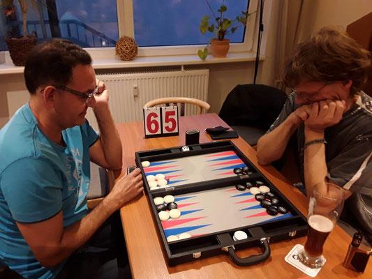 Bahmi gewinnt gegen Holger im Viertelfinale und zieht ins Halbfinale gegen Helmut ein.