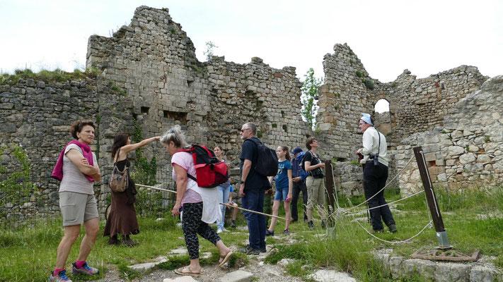 Myliame en visite au château de Puivert