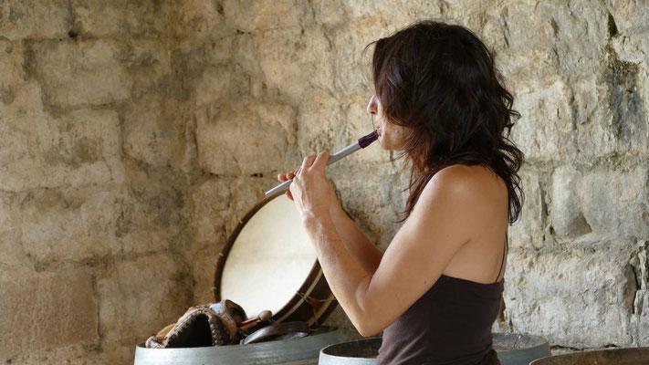 Myliame joue de la flûte et du tambour
