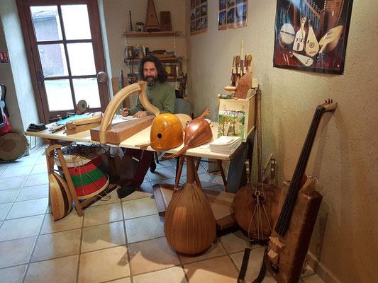 Pierrol dans son atelier