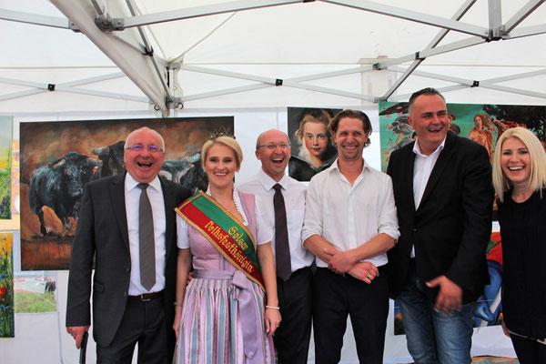 Verteitigungsminister Hans Petzer Doskozil, Bürgermeister Hans Schrammel, Oberamtsrat Dieter Horvath, eine Weinkönigin