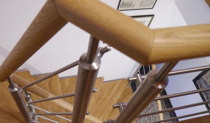 Variante: Runder Handlauf und runde Pfosten, Handlauf aus Holz, auf Gehrung geschnitten