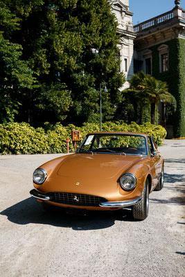 Ferrari 330 GTC, adjugée à 604 800 euros.