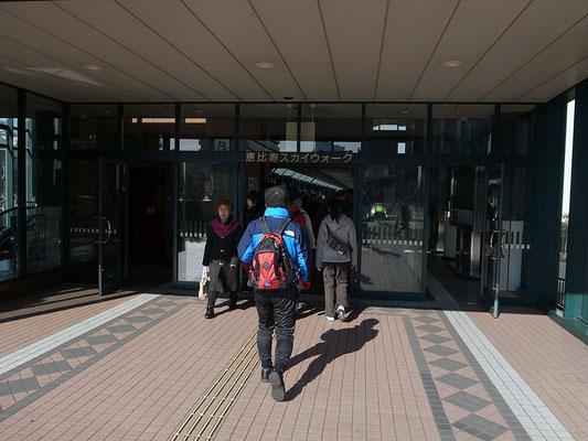 駅コンコースに直結する遊歩道へ。