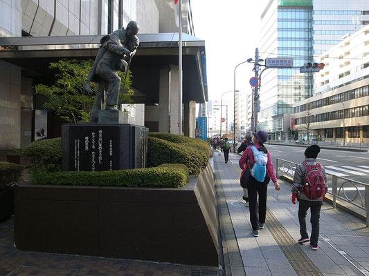 笹川記念館。存在感を放つ母子の慈愛像。