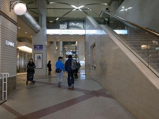 駅ビルを通って池袋駅東口方面へ。