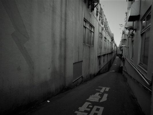 ガード下通路の外観。