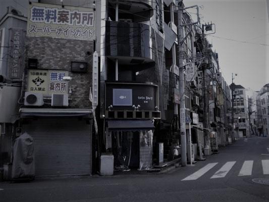 新橋の飲み屋街を横目に出発。