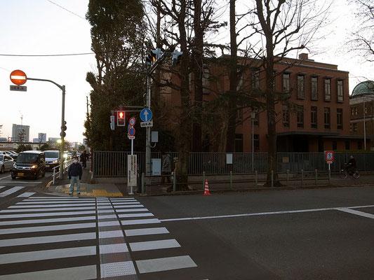 道路を横断すると国立科学博物館。