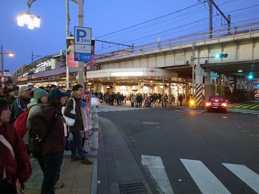 夕闇に包まれる上野駅。