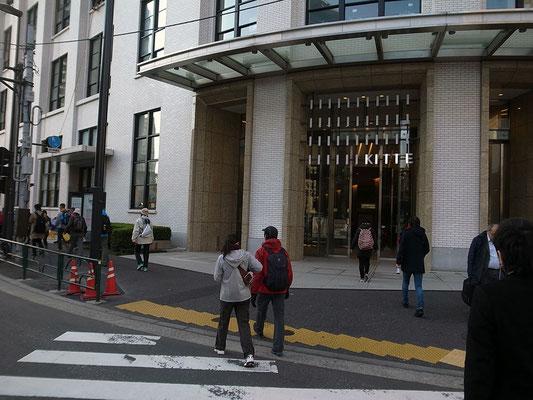 KITTE。戦前の建築家、吉田鉄郎による東京中央郵便局(1931年竣工)のファサードを保存。