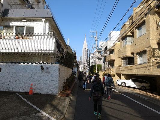 マンションが立ち並ぶ一角。先方にNTTドコモ代々木ビルがそびえる。
