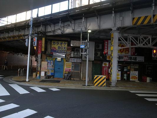 神田ガード下の飲み屋街。昭和レトロ満載!