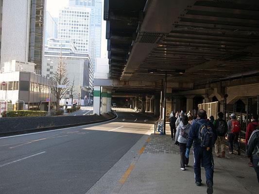 東北・上越新幹線の高架下を進む。