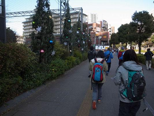 大崎駅でスタッフから配られたチョコを舐めて元気に出発。