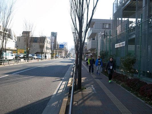 山手線と西武新宿線沿いの殺風景な道路をひたすら歩く。