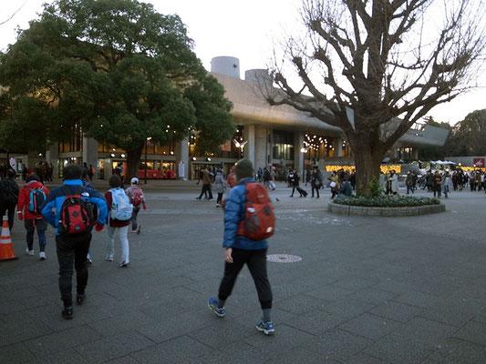 東京文化会館を抜けて上野駅公園口へ。
