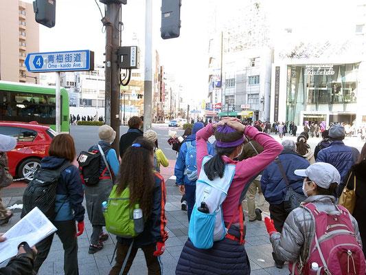 青梅街道を横断。
