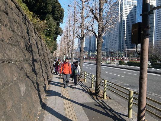 三菱関東閣の石垣に沿って坂道を進む。