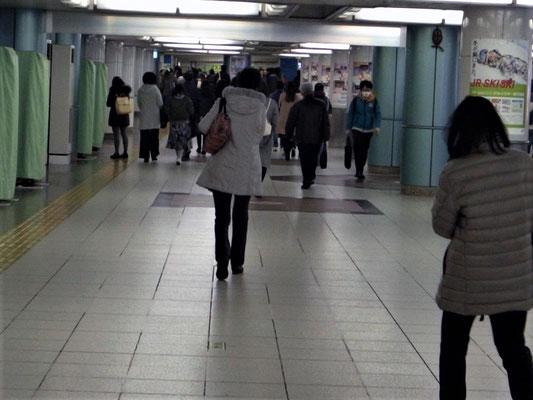 いつも人通りが多い駅地下の通路。