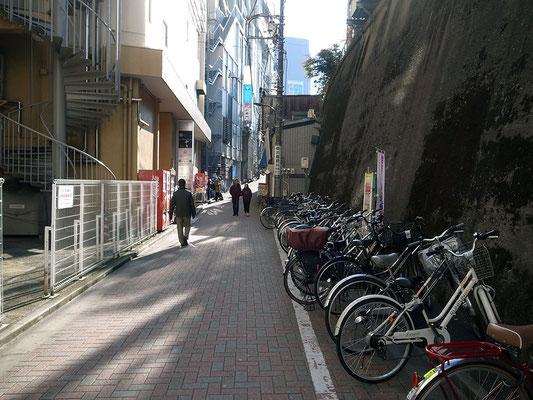駅周辺の路地を抜ける。