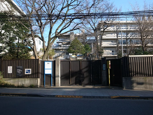 学習院西坂門。友達も親戚も出身者にはいない。