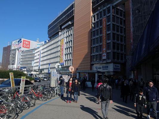 西口小田急百貨店前の雑踏を抜ける。