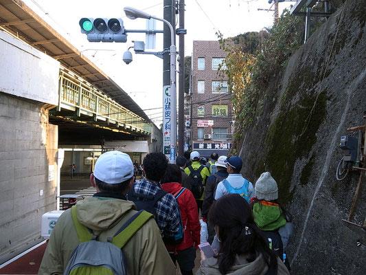 西日暮里駅に到着。道が狭いので渋滞中。
