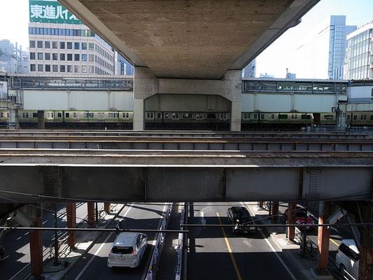 陸橋を上がり首都高3号線の下をくぐる。