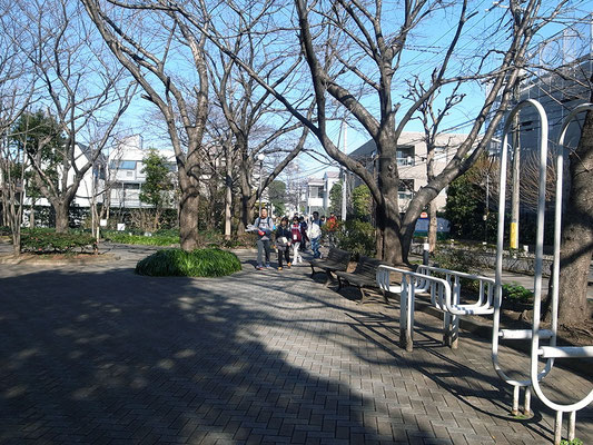 公園を抜けて坂を下り、大崎駅方面へ。