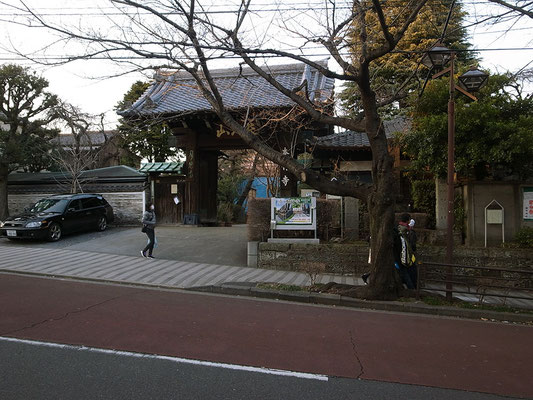 立派な山門の本行寺。駅はすぐそこ。