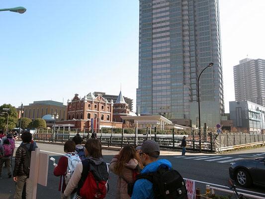 右手前方に恵比寿ガーデンプレイスが出現。