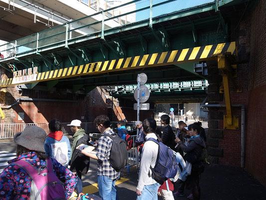 山手線のガード下に沿って代々木駅方面へ。