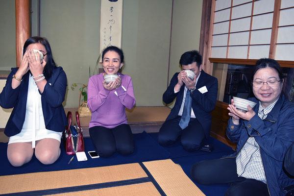 呈茶を体験する視察団