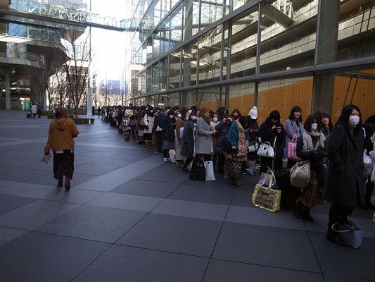 グッズ販売の行列。女性ばかり。何だろう?