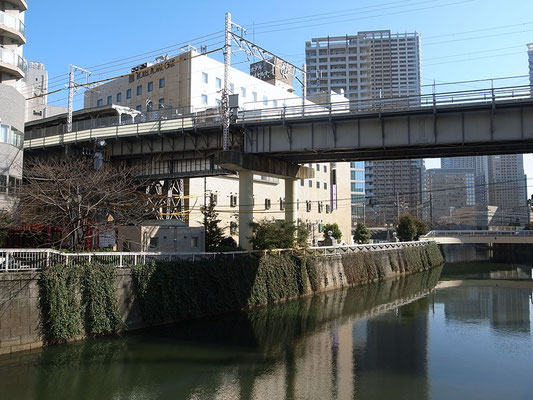 目黒川にかかる東急池上線の橋梁。