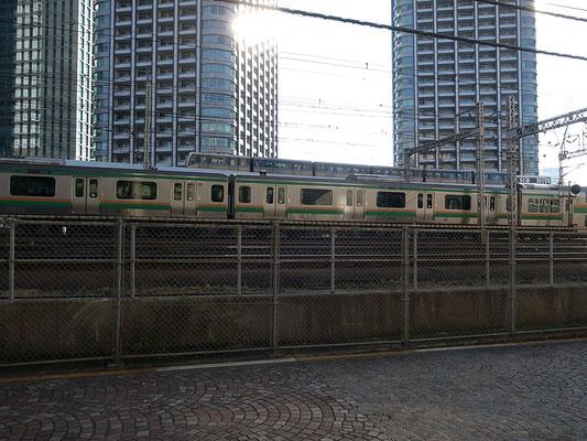 反対側にはモノレールと東海道線が走る。