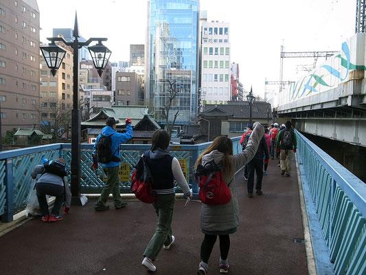 神田川にかかる「ふれあい橋」を渡る。