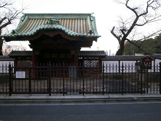 重要文化財寛永寺霊廟勅額門。4代将軍徳川家綱霊廟への門らしい。
