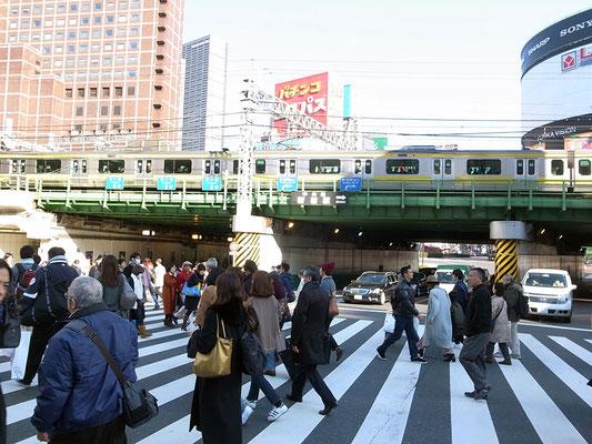 大ガードの向こうは歌舞伎町。