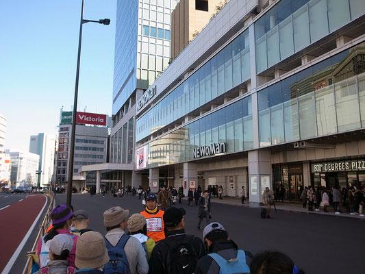 チェックポイントはバスタ新宿の前。歩道は広くて集合場所にうってつけ。