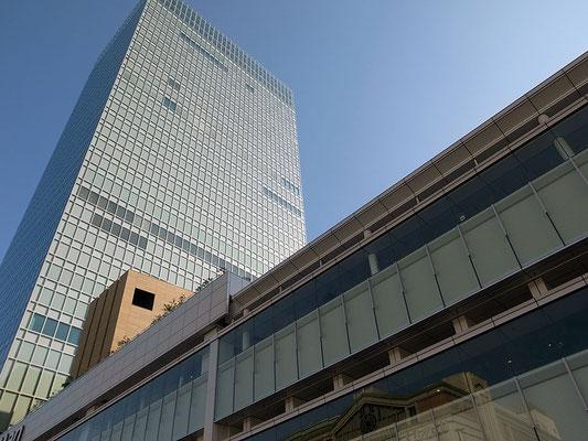 見上げるとバスタ新宿の向こうに地上32階建のミライナタワーがそびえる。
