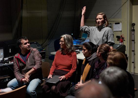 im Bild Amir Reza Koohestani, Sabeth Wallenborn-Honigmann, stehend Helena Eckert und Mahin Sadri