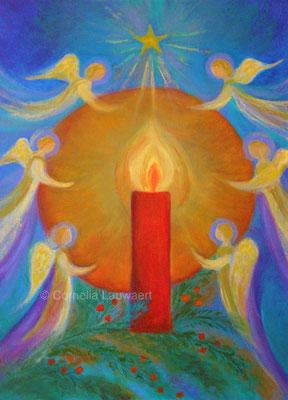 Kerze von Engeln umgeben