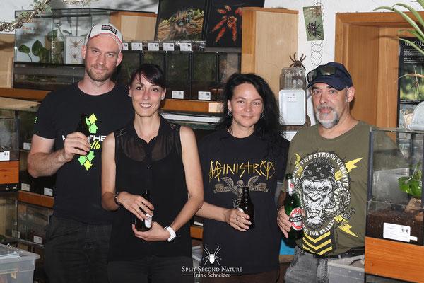 """Vanessa Franck mit Manuel """"Spider"""" Schneider und Hannes Ornig von der Steirischen Arachnologischen Interessengemeinschaft Österreich."""