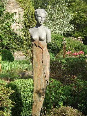Frau mit Haube (Keramik auf Stein)