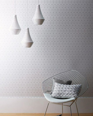 papier peint a motif géométrique gris clair sur un murs