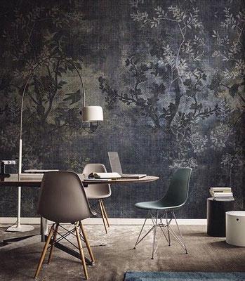 papier peint japonisant dans les tons gris derrière un bureau