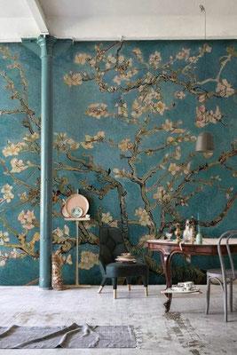papier peint japonisant fleurs vert près d'un bureau en bois