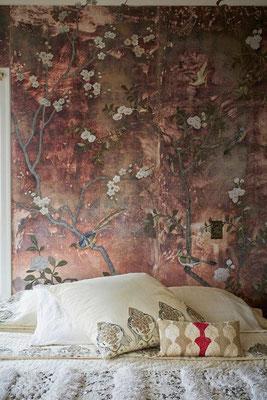 papier peint japonisant fleurs couleurs rouille dans une chambre